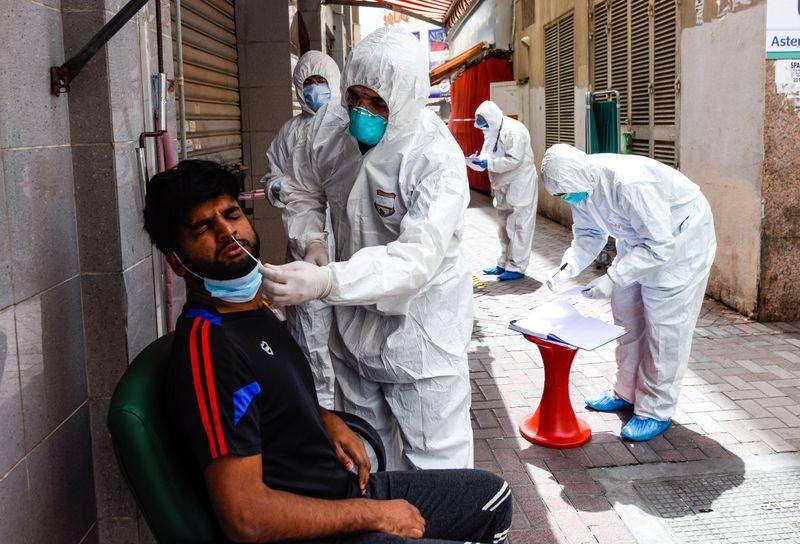 يقوم العاملون في مجال الرعاية الصحية بإجراء اختبارات فيروسات التاجية في منطقة نايف بدبي