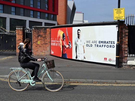 امرأة تتدحرج أمام ملعب أولد ترافورد للكريكيت في مانشستر حيث ستلعب وست إنديز دور إنجلترا في سلسلة اختبار