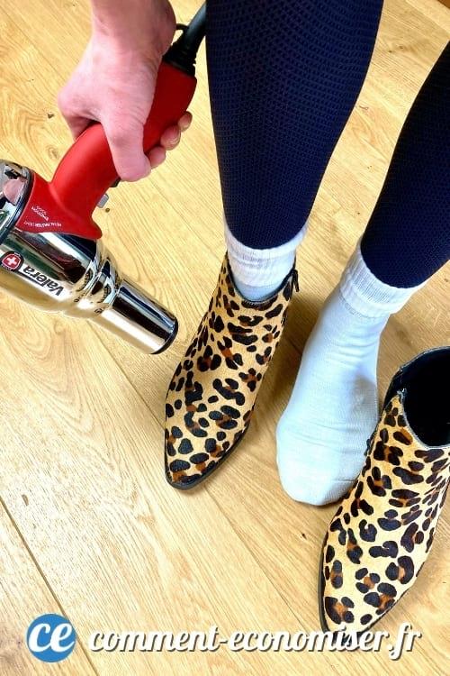 يمكنك تكبير حذائك باستخدام مجفف الشعر وزوج من الجوارب السميكة.