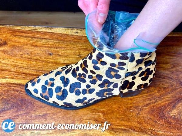 استخدم كيس الفريزر لتكبير الأحذية الصغيرة جدًا.