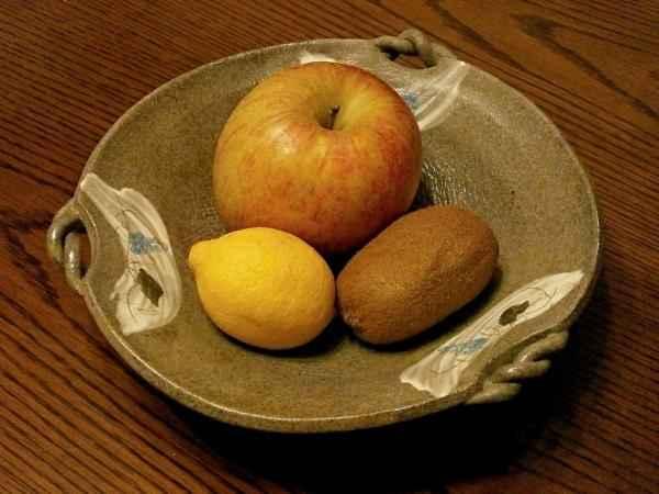 كوب بالفواكه الموسمية: تفاح ، كيوي ، ليمون