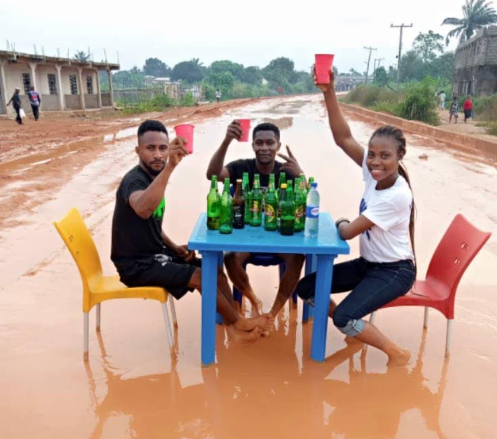 نيجيريا: زوجان غير سعيدين ينظمان شهر العسل على طريق موحل