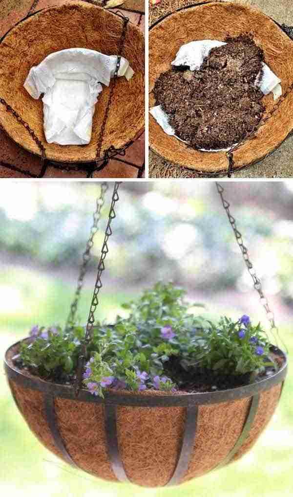 استخدم طبقات للحفاظ على الرطوبة في أواني الزهور