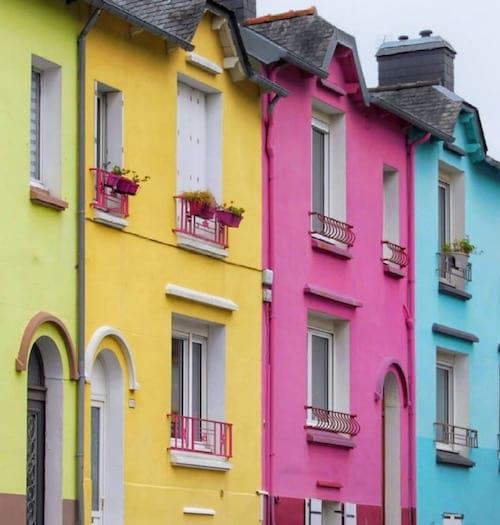 منازل من جميع الألوان في شوارع مدينة بريست رخيصة للإيجار