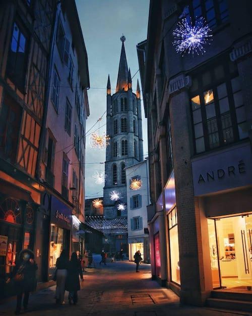 شارع في ليموج في الليل مع كنيسة جميلة في الخلفية