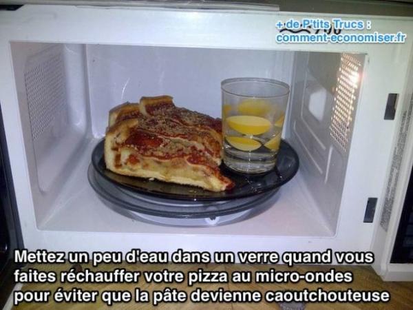 ضع الماء في كوب عند إعادة تسخين البيتزا في الميكروويف