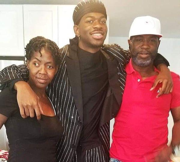 بعد عدة انتقادات ، يكشف Lil Nas X أخيرًا سبب تخليه عن والدته