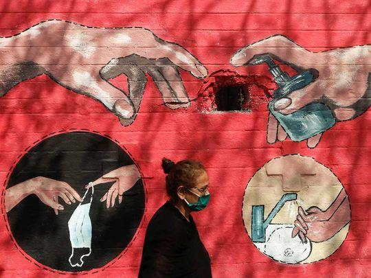 امرأة الكتابة على الجدران الهند كوفيد
