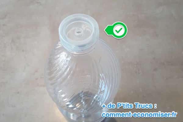 زجاجة مفتوحة من الخل الأبيض