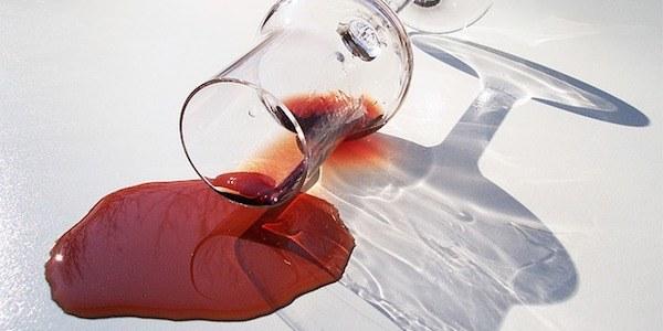 كيف أزيل بقعة النبيذ الأحمر؟