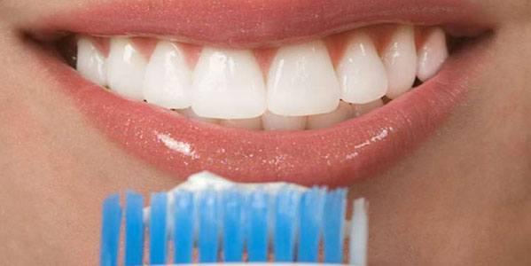 كيف تبيض الأسنان ببيروكسيد الهيدروجين؟