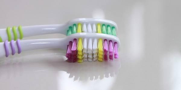 كيف يتم تطهير فرشاة الأسنان؟