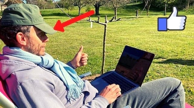 رجل يعمل في الشمس على جهاز الكمبيوتر الخاص به ولا يعاني من مشكلة في القراءة