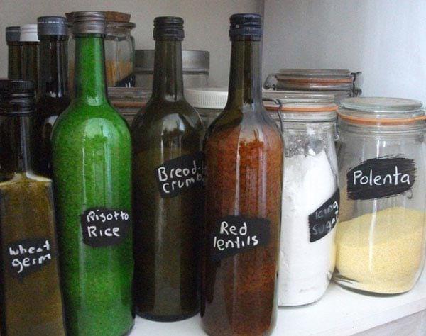 عبوات زجاجية معاد تدويرها في حاوية طعام