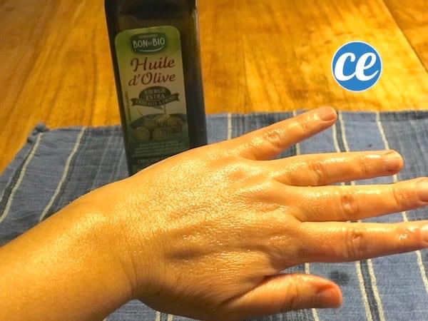 زيت الزيتون علاج لتقوية الأيدي الجافة والمتشققة
