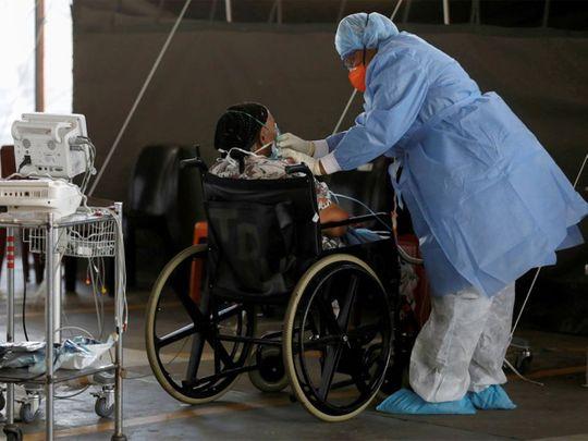 عامل رعاية صحية يرعى مريض