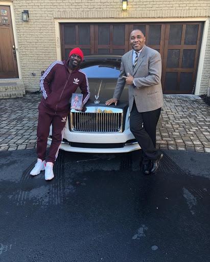 من مشرد إلى مليونير ، اكتشف الرجل الذي يحمي ثروة المشاهير مثل Akon و Usher وغيرهم!