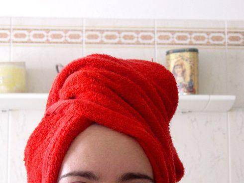 منشفة حمراء على الرأس بعد غسل الشعر