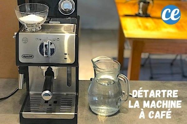 آلة صنع القهوة موضوعة على سطح عمل بحمض الستريك لإزالة الترسبات منه