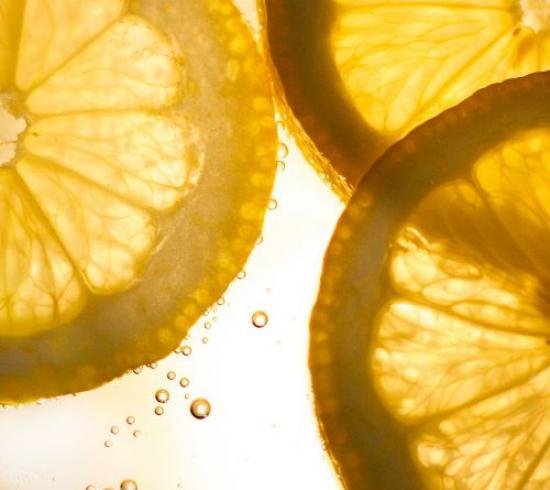 ينظف الليمون بقع الشوكولاتة