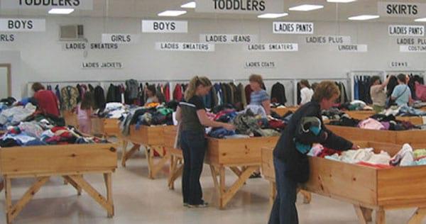 بيع الملابس في متجر الشحنات
