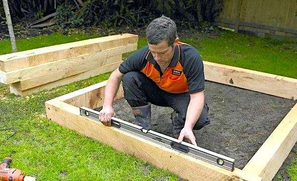 استخدم الأخشاب الصلبة غير المعالجة كيميائياً لتجنب أي خطر لتلوث التربة المزروعة.