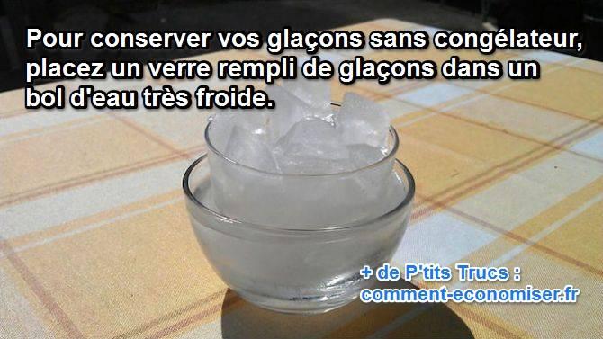 كوب من مكعبات الثلج في وعاء من الماء البارد لحفظها