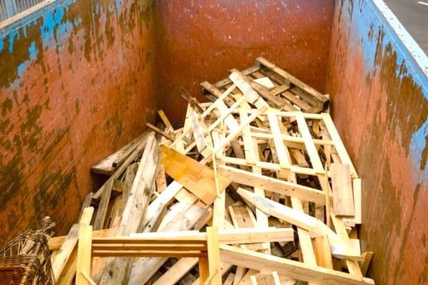 مراكز إعادة التدوير ليست مكانًا جيدًا للعثور على منصات خشبية مجانية.