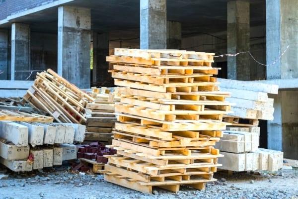 مواقع البناء للعثور على منصات خشبية مجانية.