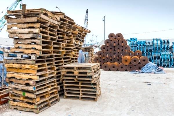 مناطق صناعية لإيجاد منصات خشبية مجانية.