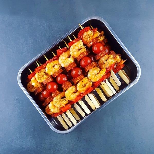 أسياخ جمبري ، كوريزو وطماطم في طبق