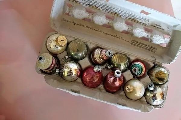 زينة عيد الميلاد في علبة البيض