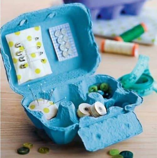 مواد الخياطة في علبة بيضة زرقاء