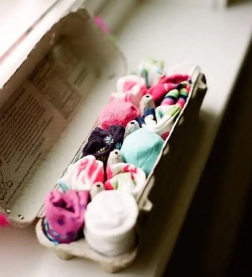 تخزين جوارب الأطفال في علبة بيض
