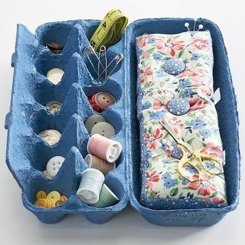 كرتونة بيض فارغة تستخدم لتخزين مواد الخياطة