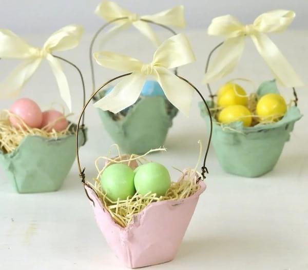 سلال صغيرة مصنوعة في صناديق البيض لحمل بيض عيد الفصح