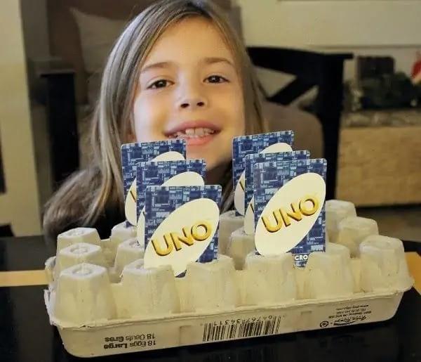 حامل بطاقات أونو مصنوع من علب بيض